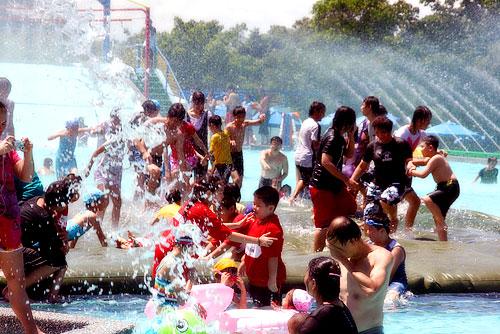 蘭雨節人潮湧現,以戲水遊客最多。陳木隆攝
