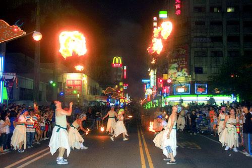 羅東鎮公所團隊的火舞 秀高潮迭起。陳木隆攝